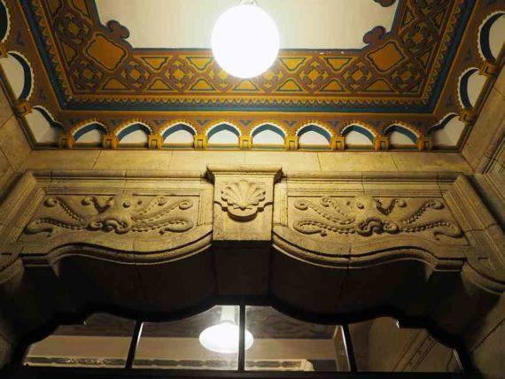 東華菜館・玄関内部のレリーフ