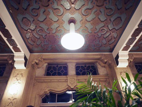 東華菜館・一階天井