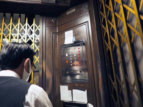 東華菜館・運転手がいるエレベーター
