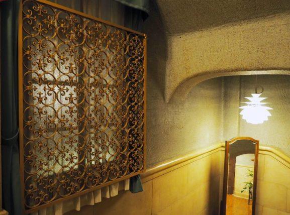 東華菜館・階段の窓柵