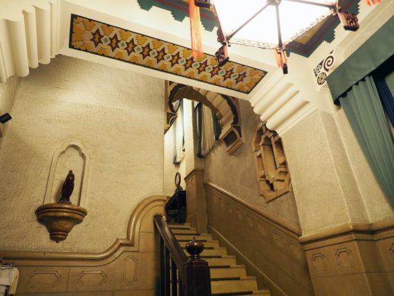 東華菜館・2階に上がる階段
