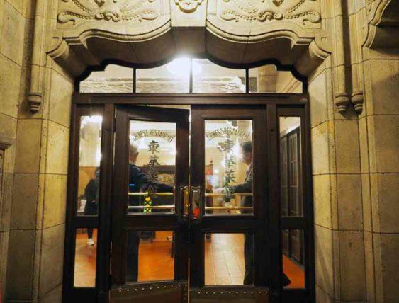 東華菜館・玄関の扉