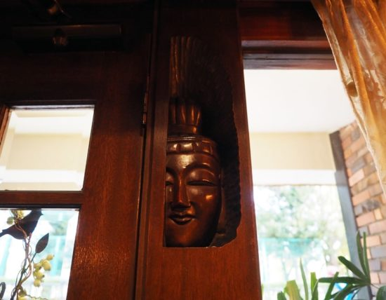 桜塚四丁目の店の入口の仏像さま