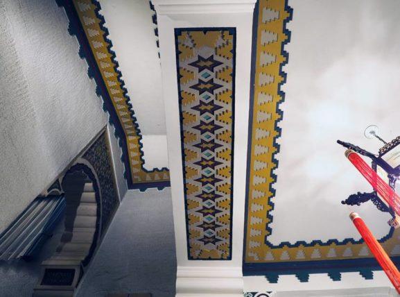 東華菜館・2階に上がる階段上部の装飾