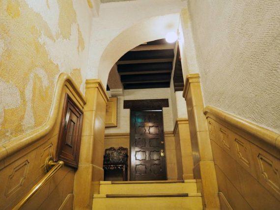 東華菜館・階段