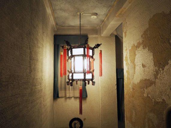 東華菜館・階段室の照明