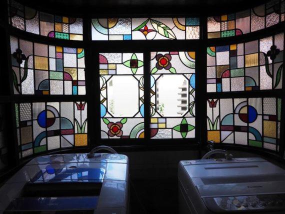 橋本の香・中庭のステンドグラス正面から