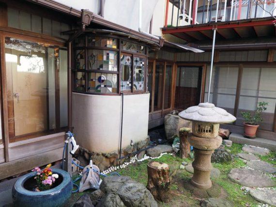 橋本の香・中庭のステンドグラス