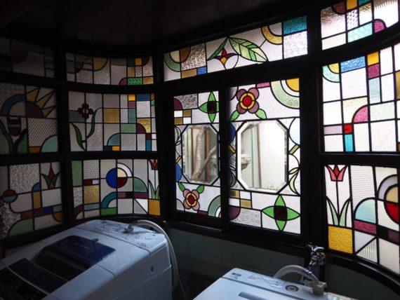 橋本の香・中庭のステンドグラス斜めから