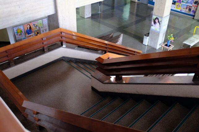 西脇市民会館・2階から見下ろす階段