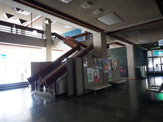 西脇市民会館・1階階段全景