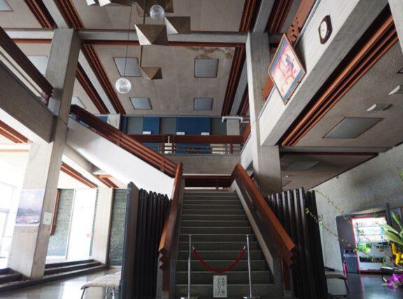 西脇市民会館・1階階段