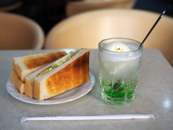 喫茶セリナ・クリームソーダとサンドイッチ