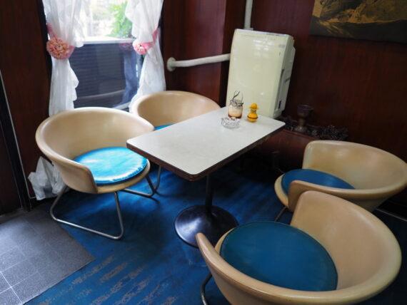 喫茶セリナ・テーブルとチェア