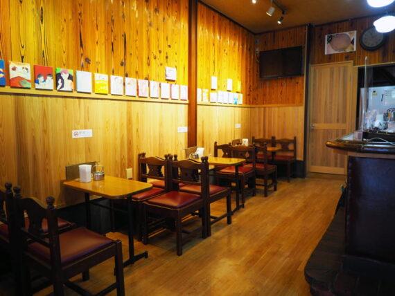 平岡珈琲店・ギャラリーとしても利用される店内