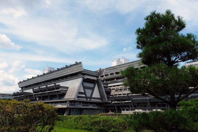 庭園から見た京都国際会館全景