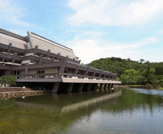 庭園から見た京都国際会館の建物