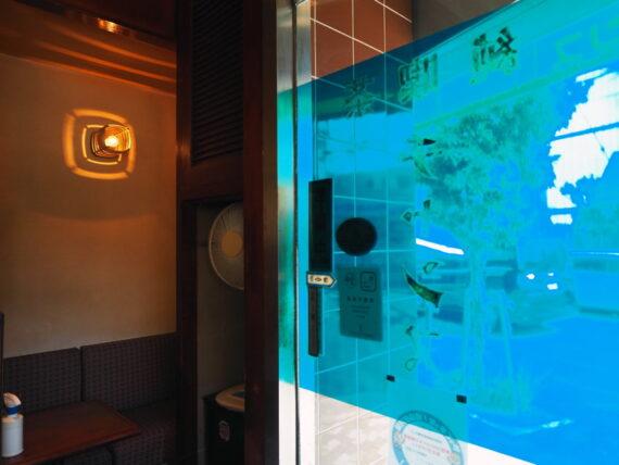 純喫茶チャンスの扉と照明