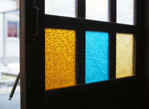 旧第二友栄楼・入り口の色ガラス
