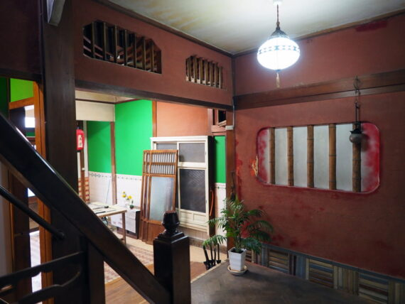 旧第二友栄楼・一階階段前